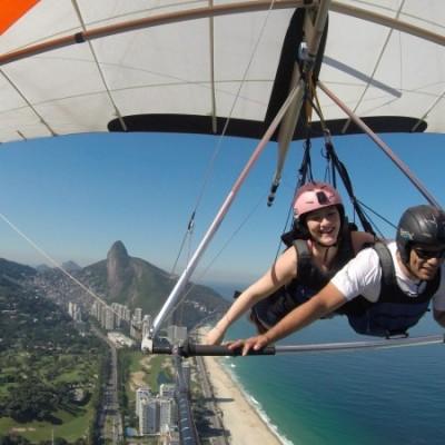 Sobrevoando a praia de São Conrado no voo de asa delta