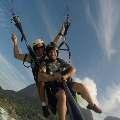 Voo de parapente com o piloto Rodrigo Mangabeira